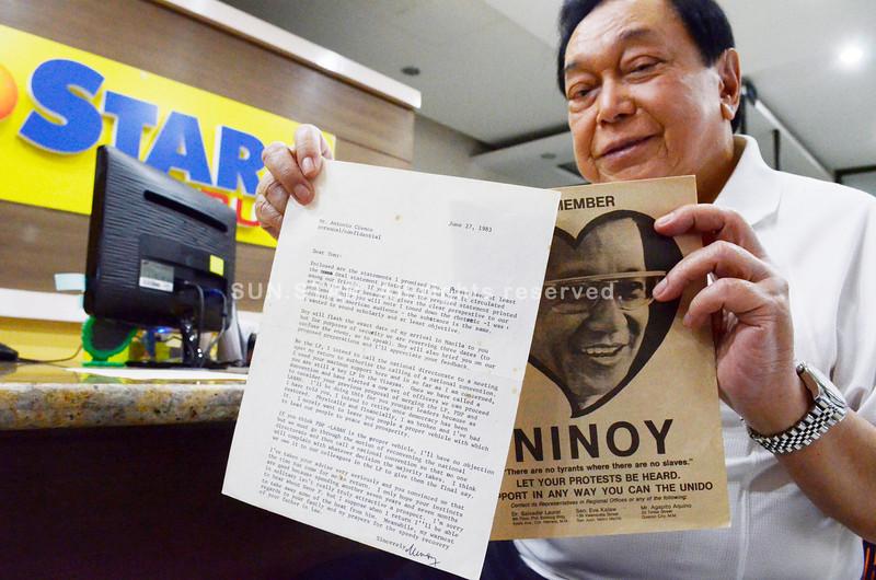 REMEMBERING.Former Cebu City congressman Antonio Cuenco shows to Sun.Star Cebu Sen. Benigno Aquino Jr.'s letter to him in June 1983 and the late senator's arrival statement, urging the opposition to unite.(Sun.Star Photo/Amper Campana)