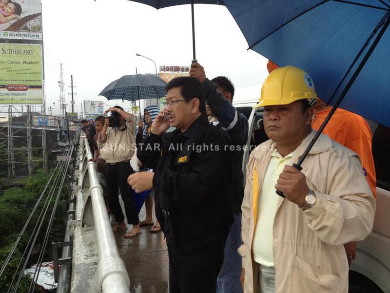 PAMPANGA. Mayor Edgar Pamintuan leads the forced evacuation of residents living in barangays near the Abacan River. (Chris Navarro/AC-CIO)