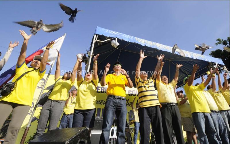 NINOY.Cebu City Mayor Michael Rama (fourth from left), former congressman Tony Cuenco and lawyer Demotrio Barcenas lead the commemoration of the 29th death anniversary of Benigno 'Ninoy' Aquino Jr. at Plaza Independencia.(Sun.Star Photo/Alex Badayos)