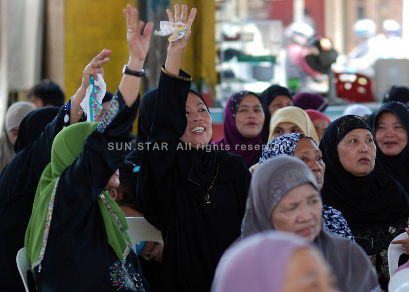 DAVAO. Muslims celebrate Eid al-Fitr, the end of the Islamic Holy Month of fasting at the Mini Forest gym. Eid al-Fitr has a specific salat or Islamic prayer consisting of two units and generally offered in an open field or large hall. (King Rodriguez)