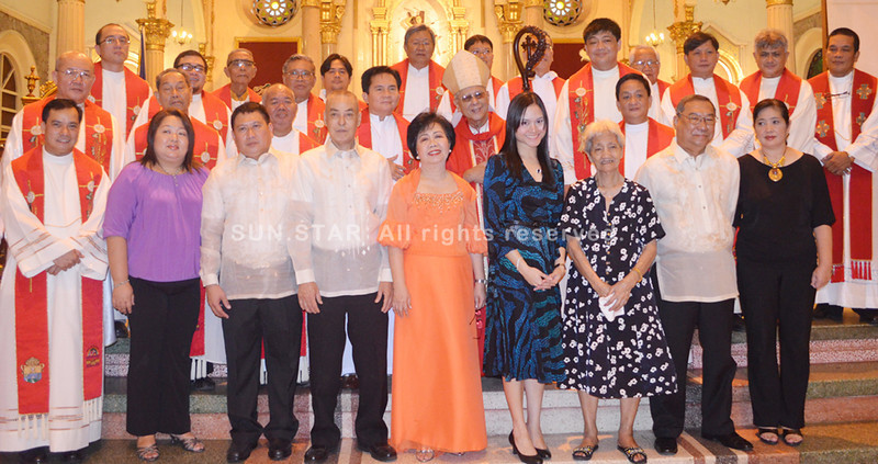 BACOLOD. In gratitude for their service to the Diocese of Bacolod, four lawyers were conferred with the St. Thomas More Award by Bacolod Bishop Rev. Vicente Navarra (with miter) at the San Sebastian Cathedral Wednesday. The awardees are: Atty. Mitchelle Abella (3rd from L, front row); Atty. Henrietta Vinco (5th from L); the late Judge Henry Arles (posthumous) and the late Ombudsman Juan Hagad (posthumous). (Gilbur L. Guarte)