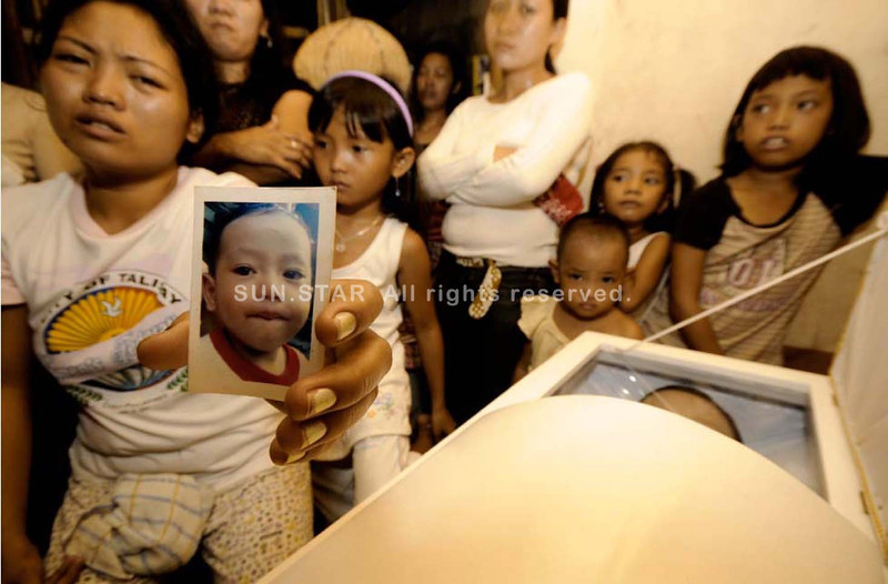 SHOCKED.Jovelyn Abucejo shows a picture of her son, two-year-old Jeffrey Abucejo, who was murdered by their neighbor who was reportedly a drug user. The incident happened in Biasong, Talisay City. The suspect is now detained at the Talisay Police Station. (Photo by Alex Badayos of Sun.Star Cebu)