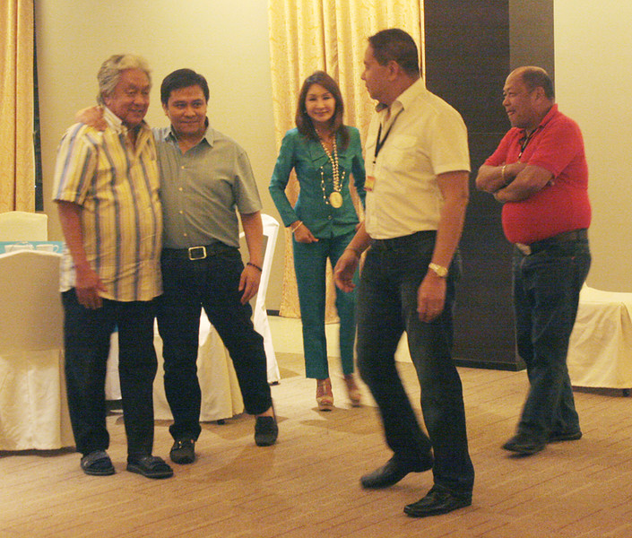 ONE MINDANAO. Cagayan de Oro City Mayor Vicente Emano (extreme left) chats with Senator Jinggoy Estrada (2nd from left), Cebu Governor Gwen Garcia (3rd from left) and other government officials who attended the two-day island cluster conference of the League of Municipalities of the Philippines in Cagayan de Oro on Wednesday and Thursday. (Joey P. Nacalaban)