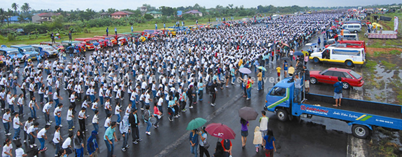 BACOLOD. About 87,700 students reportedly filled-up almost the entire 1,300 meter runway of the old Bacolod airport last February 12 when Ang Batang Pinoy Movement led by Jewel Mae Lobaton-Pimentel and Bacolod City Lone District Rep. Anthony T. Golez, Jr. held Jam Step in Bacolod. The activity will be replicated nationwide on September 24. (Mymy Alagaban)