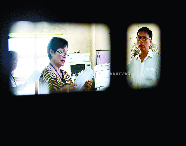 CEBU. Broadcaster and newspaper columnist Leo Lastimosa (right, seen through the back of a courtroom chair) listens as two court interpreters take turns reading the decision in his libel case filed by former governor Gwendolyn Garcia, now congresswoman of Cebu Province's third district. Lastimosa plans to appeal his conviction. (Amper Campaña photo/Sun.Star Cebu)