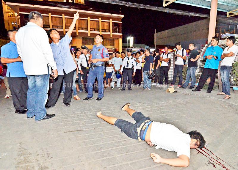 DAVAO. Usa ka lalaki kinsa giingon nga gibuwagan sa hinigugma ang miambak-patay gikan sa parking area sa dakong mall sa siyudad sa Davao, Martes sa gabii. (King Rodriguez)