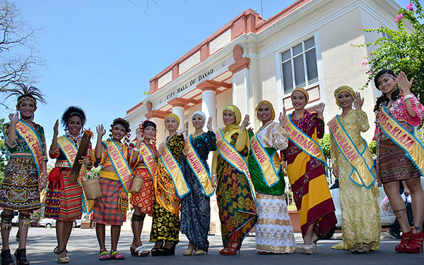 DAVAO. Ang onse ka mga kandidata sa Hiyas ng Kadayawan 2014 human miatubang sa mga sakop sa media ug nagpahulagway atubangan sa City Hall, Huwebes. (King Rodriguez)