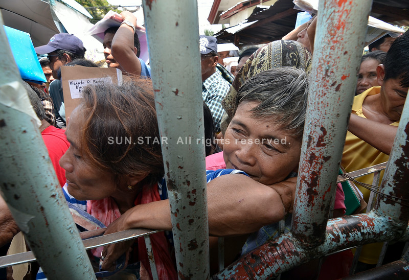 DAVAO. Lucky are the less than 100 who make it inside the Bankerohan Gym for they have chairs and a roof above their heads to shade them from the blazing sun. Outside, hundreds of others, most of them senior citizens, are squeezed tight in a line with no seat, no shade, no water, and no one telling them what to do. This is the third day of the submission for application of claims for human rights violations during the Martial Law years by the Human Rights Victims' Claims Board. Many of those outside have been in line for three days already. (King Rodriguez)
