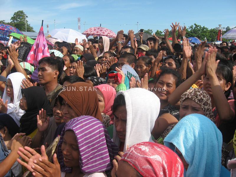 Evacuees applaud President Aquino