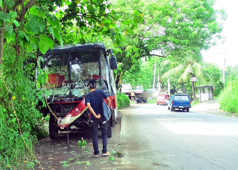 DAVAO. Guba ang atubangan sa Metro Shuttle Bus nga milampornas sa duha ka multicab sa Kilometro 7, San Isidro, Buhangin, dakbayan sa Davao diin namatay ang usa ka drayber nga si Julius Canillo niadtong Martes sa hapon. (Seth Delos Reyes)