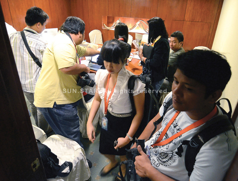 DAVAO. Journalists are packed in a room waiting for information after they were barred from listening on after the opening session in Monday's Philippine Development Forum held at Marco Polo Hotel-Davao City. (King Rodriguez)