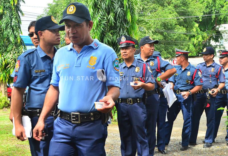 DAVAO. Mga pulis isig bitbit sa ilang ihi nga ipailawom sa drug test. Sinsero si Davao City Police Chief Ronald dela Rosa nga tarong ang mga pulis nga nagserbisyo alang sa kampanya kontra illegal nga druga. (Seth delos Reyes)