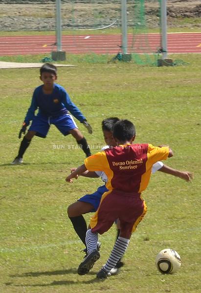 DAVAO. Daw nanayaw ang mga magduduwa sa Davao Oriental ug Tagum City sa duwang soccer (elementary division). Midaug ang Tagum City sa iskor nga 3-0. (Seth Delos Reyes)