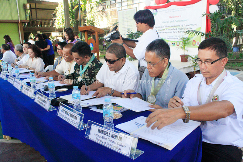 CAGAYAN DE ORO. Officials of government agencies, representatives from civil society and other groups sign a memorandum of agreement to end the unabated illegal mining along Iponan River in Cagayan de Oro. (Joey P. Nacalaban)
