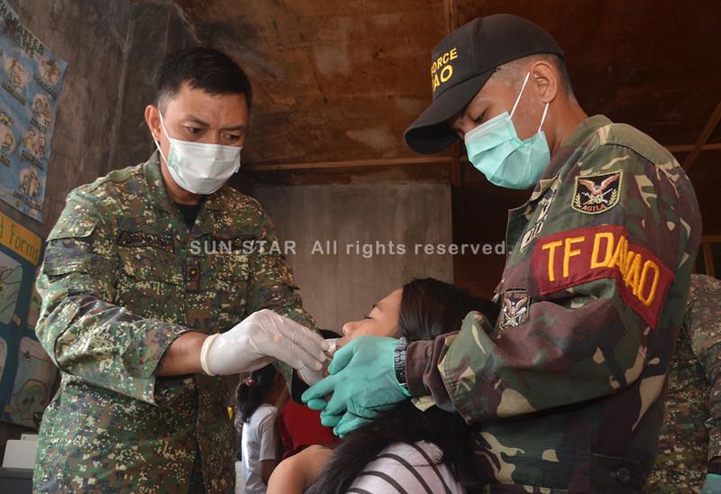 DAVAO. Usa sa mga nagpaibot sa iyang ngipon giatiman sa dentist nga gialalayan sa sakop sa Task Force Davao atol sa Medical and Dental Mission kagahapon nga gipahigayon didto sa Purok 1, Barangay 76-A Bucana, dakbayan sa Davao. (Seth delos Reyes)