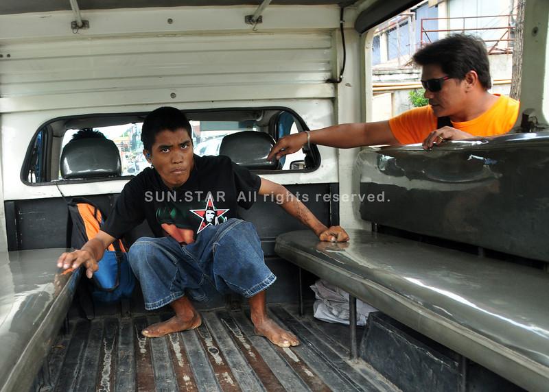 DAVAO. Lalaki nga nagsigi ug simhot sa vulcaseal atbang sa City High gidakop sa mga opisyal sa barangay ug gitunol sa mga sakop sa San Pedro Police kagahapon sa hapon. (Seth Delos Reyes)