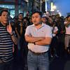 DAVAO. Si Vice Mayor Rody Duterte nag-obserba sa mga bombero nga mipawong sa kalayo nga milamoy sa Dimdi Appliance Center, gipanag-iyahan sa lunod-patay nga suporter, nga nasunog sa San Pedro, siyudad sa Davao, niadtong Huwebes. (King Rodriguez)