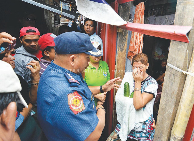 DAVAO. Jacky Jimlani admits she is pushing drugs but says she will try her best to stop this illegal activity. She broke in tears upon being confronted by Davao City Police Office Director Ronald dela Rosa who led a house-to-house visitation of suspected pushers in Barangay Ilang on Monday. (King Rodriguez)