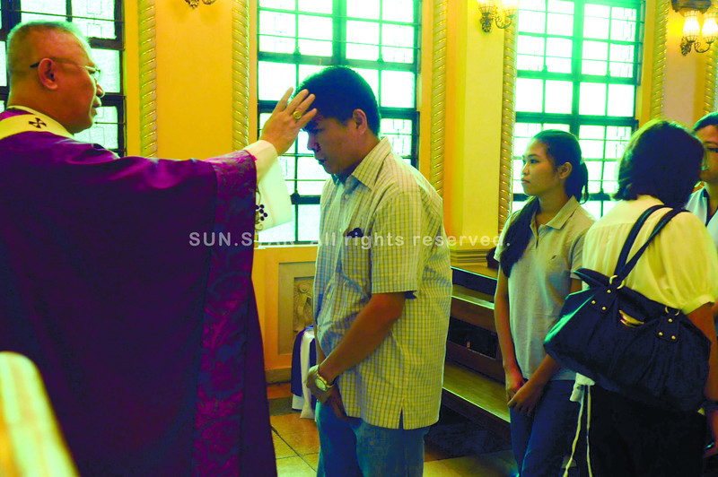 BEARABLE, BUT BEAUTIFUL AS WELL.  Cebu Archbishop Jose Palma delivers a homily encouraging charitable works as a way to express God's love.  Ash Wednesday signals the Catholic community's start of the Lenten season. (Sun.Star Photo/Allan Defensor)