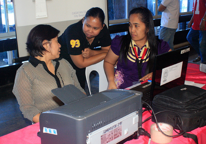 CAGAYAN DE ORO. Commission on Elections (Comelec) Commissioner Grace Padaca (extreme left) confers with Atty. Aleli Ramirez (center), Cagayan de Oro City election officer, and Nerizza Gavan of the Comelec's Information Technology at the transmission base at the City Tourism Hall during Saturday's mock elections. (Joey P. Nacalaban)