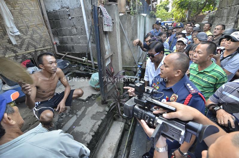 "DAVAO. Si Dondon Binalay nagsulti kang Davao City Police Office director Sr. Supt. Ronald Dela Rosa nga mihunong na siya pagpamaligya og illegal drugs dihang gibisita iyang balay atol sa ""Oplan Tukhang didto sa SIR Matina kagahapoan.(King Rodriguez)"