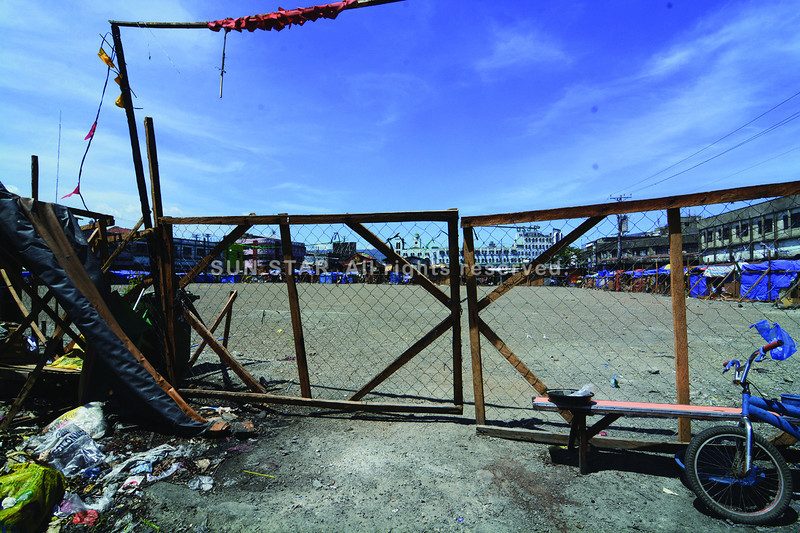 Cebu City Hall put up a fence around the area in Sitio Warwick Barracks that was hit by fire last January to keep vendors and residents from returning. (Photo by Allan Defensor of Sun.Star Cebu)