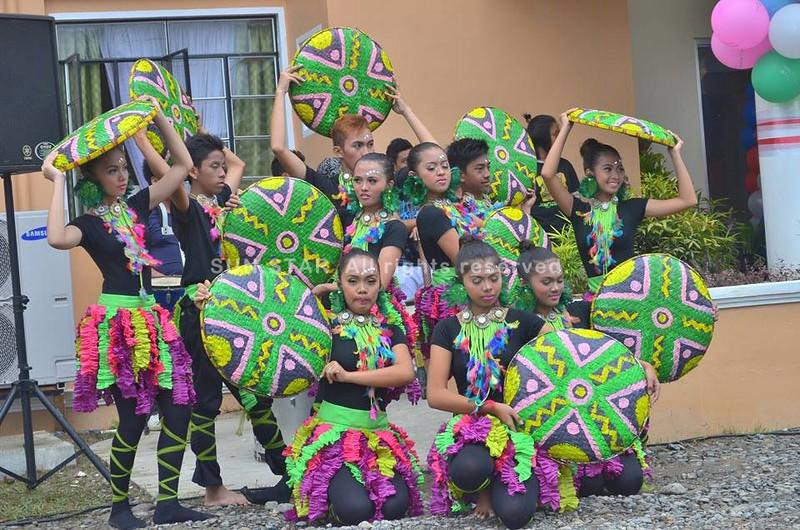 Mga estudyante sa Kapalong National High School