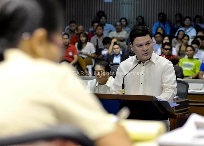 DAVAO. An irate Davao City Vice Mayor Paolo Duterte warns all inefficient tax collectors to improve their performance and the delinquent taxpayers to pay their taxes by March 31. (King Rodriguez)