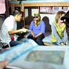 DAVAO. Nagtabon sa ilang nawong ang duha ka babaye samtang gihinabi sa mga tigbalita kay suspek sila sa budol-budol nga mibiktima sa retiradong magtutudlo maong gisikop sa San Pedro Police Station didto sa Claro M. Recto St., Davao City kagahapon. (Jeepy P. Compio)