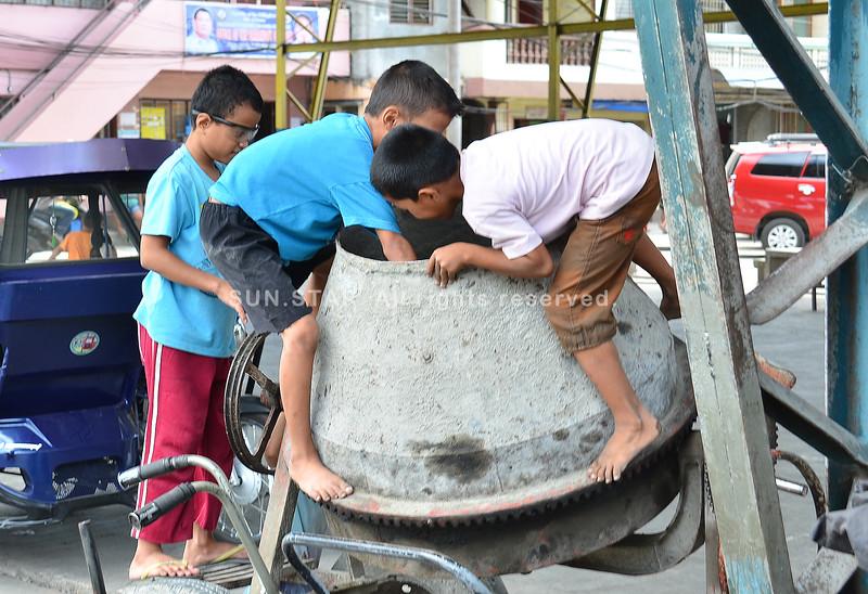Mga bata nagduwa sa cement mixer