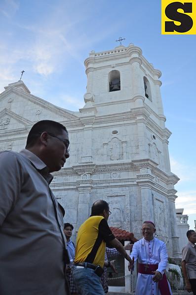 President Benigno Aquino III greets Cebu Archbishop  Jose Palma
