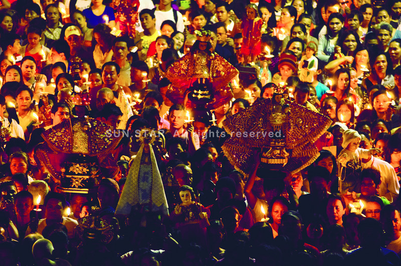 WALK WITH JESUS. More than 20,000 devotees of the Senor Sto. Niño join the two-kilometer foot procession at dawn from Fuente Osmena to the Basilica Minore del Santo Niño to start the novena of the Feast of the Holy Child, the biggest religious celebration in the Visayas. (Sun.Star Photo/Alex Badayos)