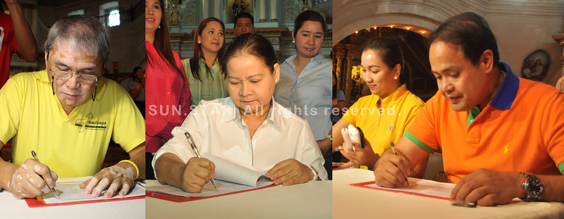 PAMPANGA. Gov. Lilia Pineda and fellow gubernatorial candidate Eddie Panlilio, and vice gubernatorial candidates Dennis Pineda and Atty. Amalia Cayanan sign the election covenant for provincial contenders for a SAFE 2013 elections. (Photos by Chris Navarro and Jun Jaso)