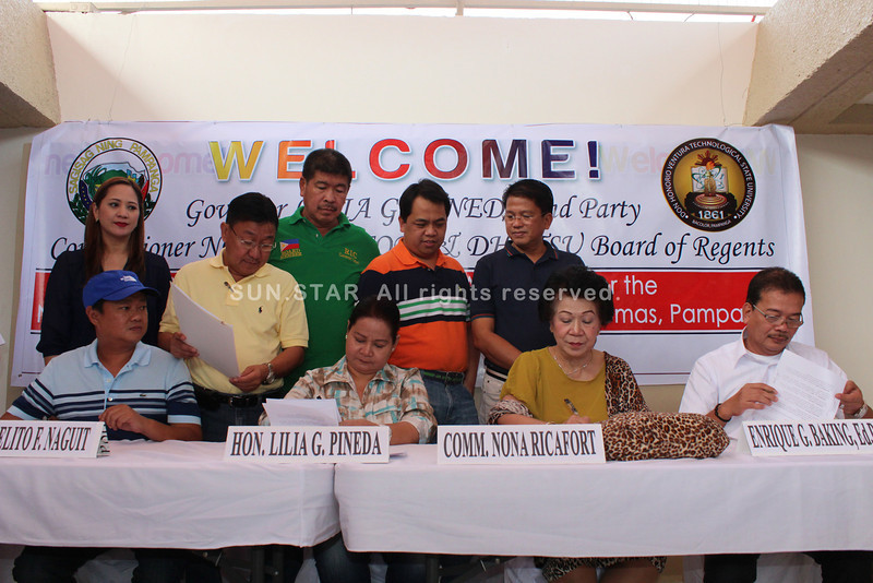 PAMPANGA. CHED Commissioner Nona Ricafort, Gov. Lilia Pineda, DHVTSU President Enrique Baking and Sto. Tomas Mayor Joselito Naguit sign a memorandum of agreement on Thursday for the new DHVTSU Satellite Campus in Sto Tomas town. (Chris Navarro)
