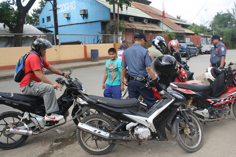 FOTO 2 - Police personel assigned at the Macasandig Police Station under the leadership of SInsp. Joel Nacua, conduct a cheackpoint yesterday within their area of responsibility to implement the comelec's gun ban. (PHOTO BY JOEY P. NACALABAN)