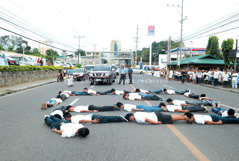 LIGHTNING PLANK. For a few seconds, traffic stops on Escario St., in front of the Capitol Parish, as participants of a rally organized by the camp of Acting Gov. Agnes Magpale form a figure while planking. About a kilometer away, supporters of suspended Gov. Gwendolyn Garcia hold another rally. (Allan Defensor)