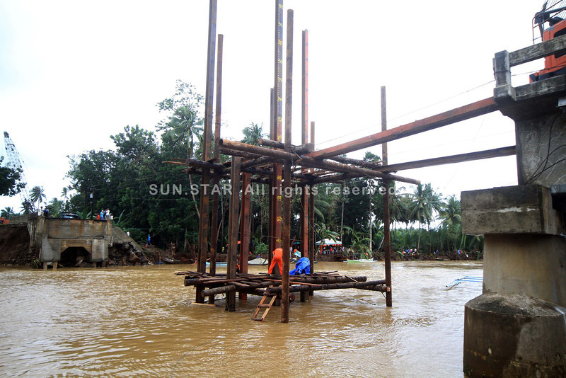Construction of steel bridge amid bad weather