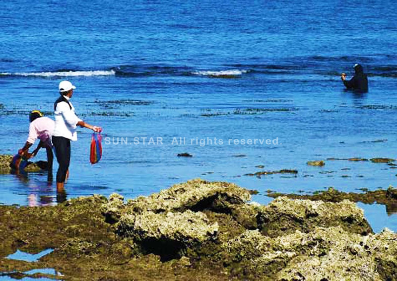 LA UNION. Fishermen wear jacket to keep theirselves warm from the chilly winds brought about by the Siberian cold front which is prevalent in northern Philippines. (Dave Leprozo Jr.)