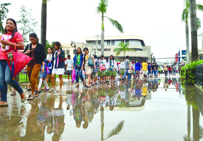 This flooded pathway forced the devotees of Señor Sto. Niño to proceed single file in going inside the Basilica del Sto. Niño to hear novena masses. (Photo by Amper Campaña of Sun.Star Cebu)