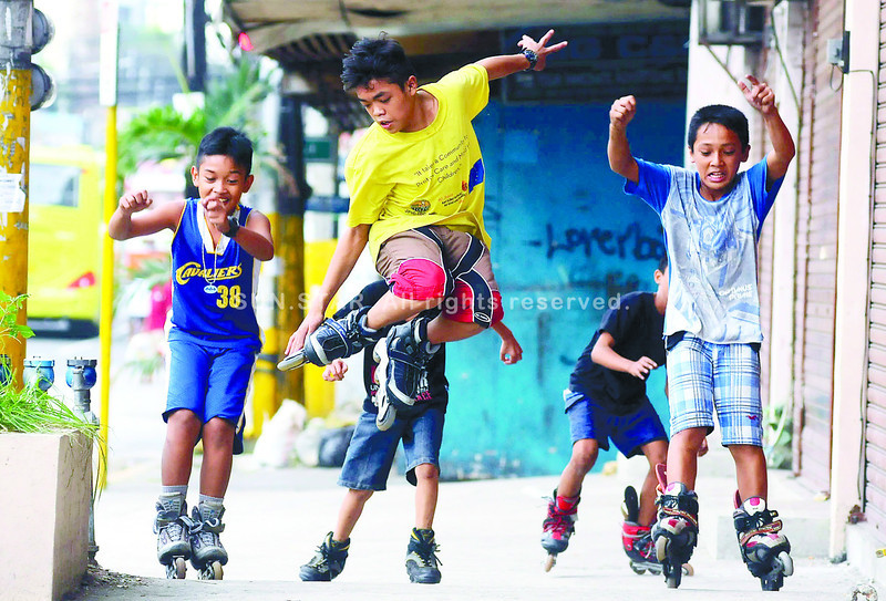Enjoying one more day away from school, these youngsters spend their Sunday afternoon rollerblading on a sidewalk along P. del Rosario St. in Cebu City. (Photo by Arni Aclao of Sun.Star Cebu)