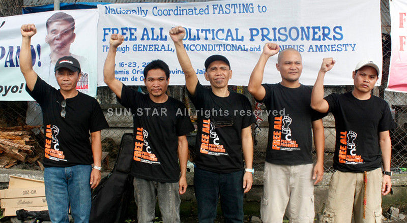 CAGAYAN DE ORO. Alfredo Mapano (center), former regional head of the Communist Party of the Philippines-New People's Army for Northern Mindanao, lead his four other comrades in starting a seven-day fasting on Monday aimed at urging the government to release all political prisoners in the country. (Joey P. Nacalaban)