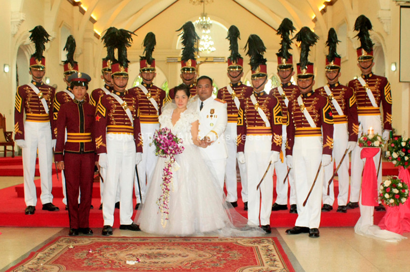 CAGAYAN DE ORO. Police Superintendent Reynante R. Reyes and his wife Marybel with the PNPA cadets. (Joey P. Nacalaban)