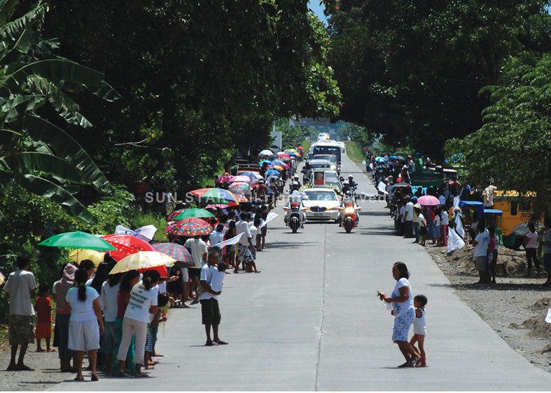 DAVAO. Residents of Davao del Norte line up the highway to throw fresh flowers and release balloons as their last farewell to Don Antonio O. Floirendo Sr., who died last Friday at the age of 96. (King Rodriguez)