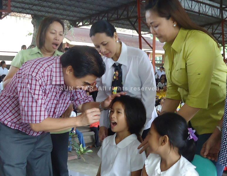 BACOLOD. Councilors Em Ang and Sonya Verdeflor help administer the anti-measles vaccine to a Rizal Elementary School pupil during the launch of the School-based Outbreak Response Immunization drive of the DOH, DepEd and Bacolod City. (Carla N. Cañet)