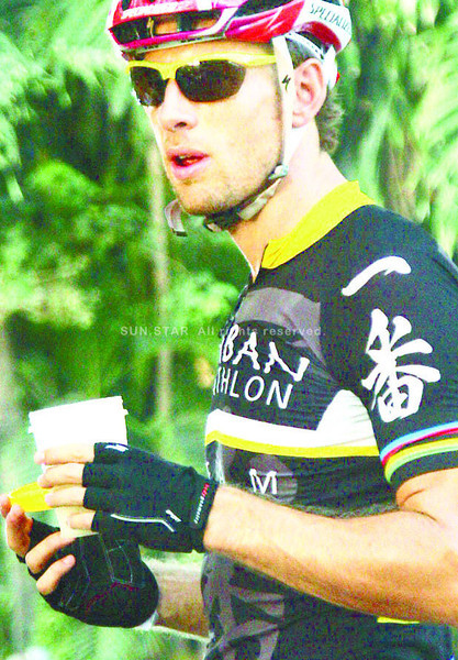 BUTTON LOVES BUTONG. F1 driver Jenson Button takes a break in Compostela after riding up north with a bunch of triathletes competing in this weekend's Ironman 70.3. According to top Cebuano triathlete Noy Jopson who accompanied them, Button enjoyed not just the ride and riding close to the locals but also the buko juicwe they drank after biking. (Sun.Star Photo/Iste Sesante-Leopoldo)