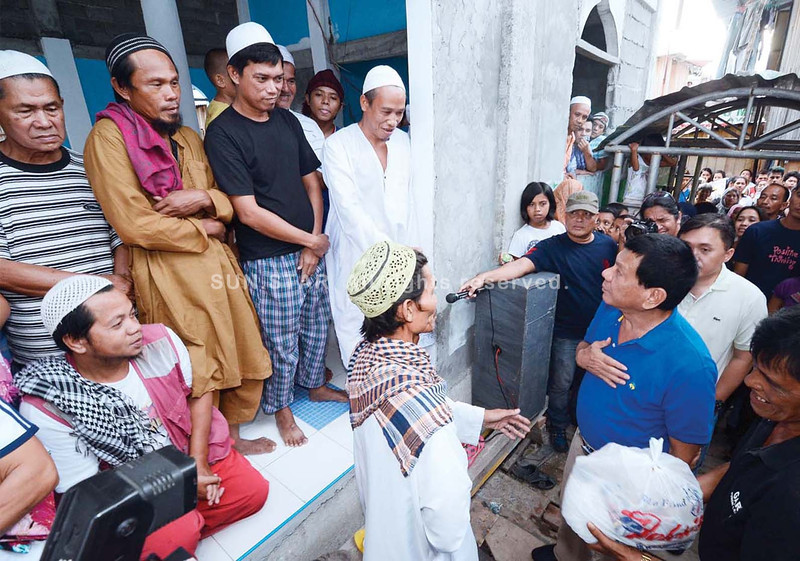 Davao City Mayor Duterte visits mosque during Iftar