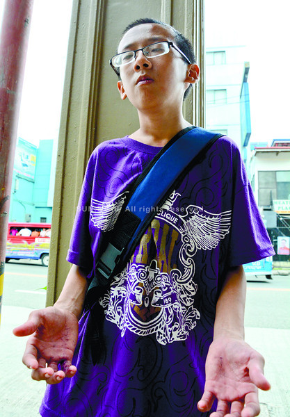 VOICE PUJ. Kenneth Peralta admits he has poor singing skills, but his out-of-tune interpretation of Tagalog hits amuses his audience inside public jeepneys. (Alex Badayos photo/Sun.Star Cebu)