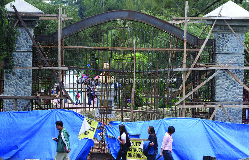 BAGUIO. These gates constructed at the Burnham Park continue to raise speculations in residents that the number one tourist destination is being privatized. Something officials and initiators of the project continue to deny. (Zaldy Comanda)