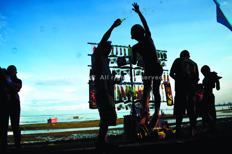 MERCHANDISE ON SEASHORE-----Vendors take advantage sellings his products in a seashore of Inayagan,Naga City.which lot people go by unto the sea for swimming with their Families.------SUN.STAR FOTO/ALAN TANGCAWAN