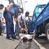 Gitan-aw sa mga sakop sa San Pedro Police Station ang patay nga lawas ni Edgardo Moreno Jr. nga nagkulob daplin sa Governor Duterte Street, dakbayan sa Davao human gipusil sa nag-inusara nga mamumuno kagahapon sa buntag. (Seth delos Reyes photo/Sun.Star Davao)